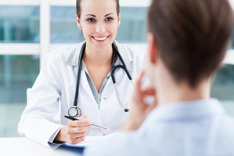 ārsts konsultē pacientu